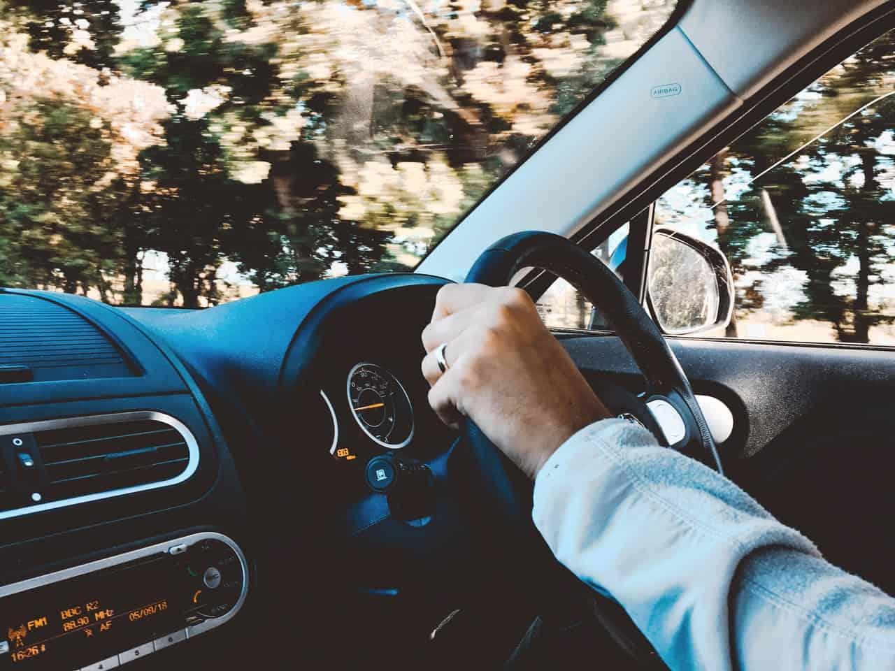Mand i bil