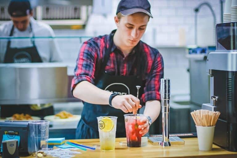 Lej bartender, der kan lave alkoholfrie drinks til gæsterne i bil