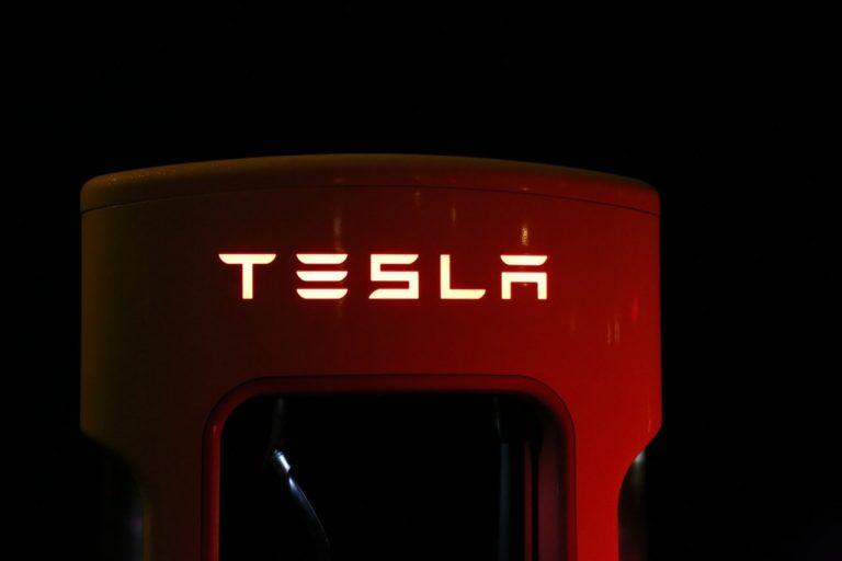 Så langt kan en Tesla køre på en opladning