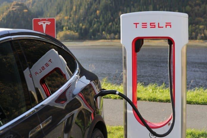 Tesla sat til opladning ved offtentlig ladestander
