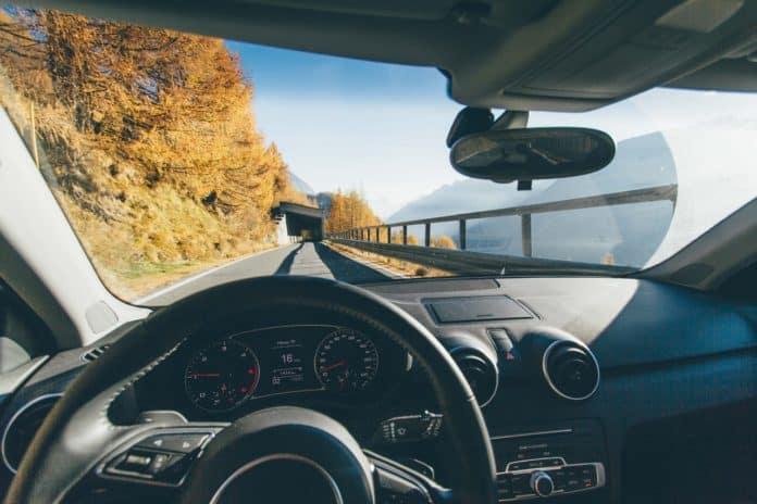 Bil kører forbi bjerge i udlandet