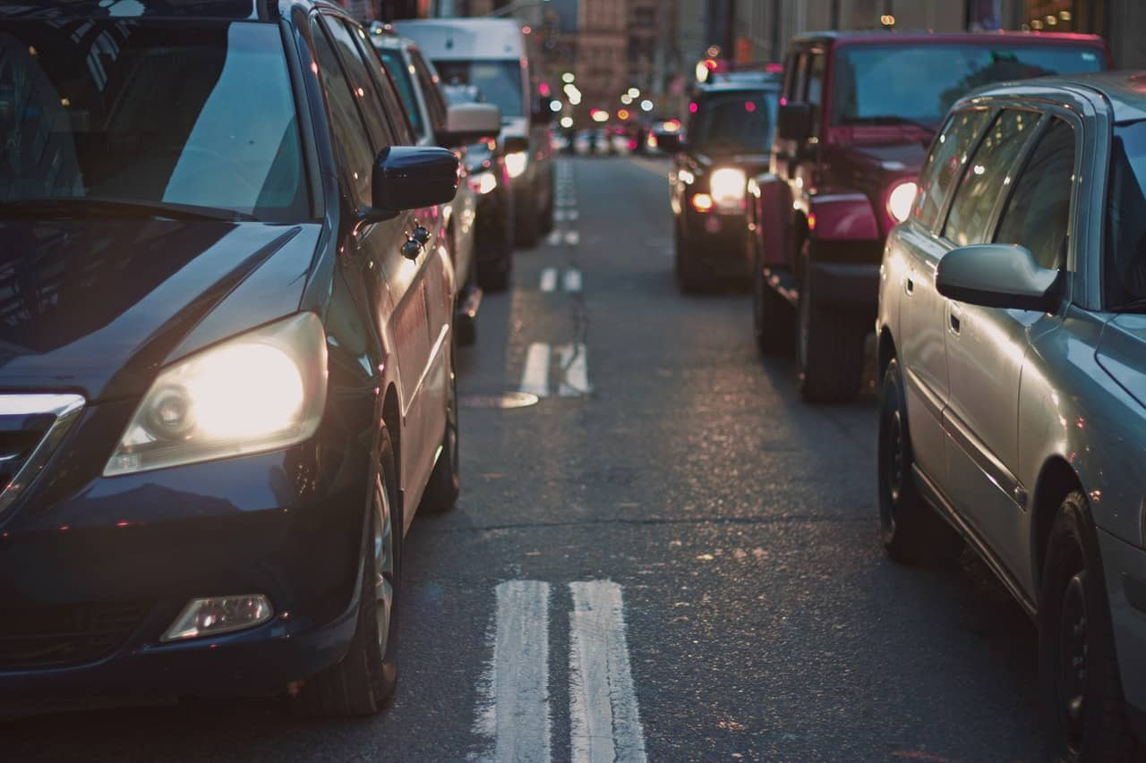 Biler holder i kø på vej